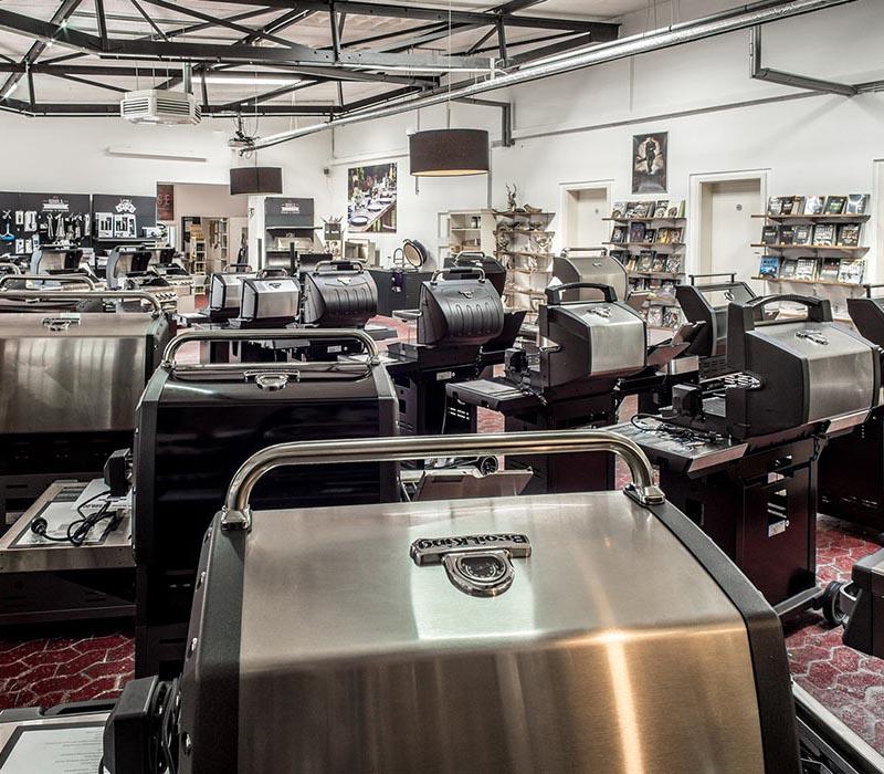 Das Grillfachgeschäft - Verkaufsraum mit Grills und Zubehör